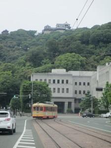 電車と松山城